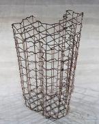"<p isrender=""true"">孟煌,<em isrender=""true"">笼子</em>,2011,3版,钢,180 x 100 x 80 cm</p>"
