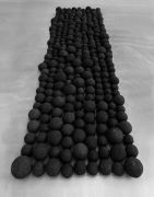 <p>杨牧石,<em>粘连</em>,2013 - 2016,建筑废料,黑色喷漆,277个球,尺寸不等;18 x 433 x 132 cm,尺寸可变</p>