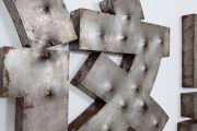 """<p isrender=""""true"""">孟煌,<em>锈</em>,2009,钢,195 x 410 x 6 cm,3版,局部</p>"""