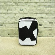 "<p isrender=""true"">艾未未,<em>Fairytale Luggage</em>,2007,织品,塑料,铁,57 x 22 x 38 cm</p>"
