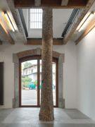 <p>Mirko Baselgia, <em>Tailored Skin, 2021</em>, pine trunk (Lantsch/Lenz), European walnut wood, height: 627 cm, &oslash; 77-44 cm, photo by Stefan Altenburger</p>